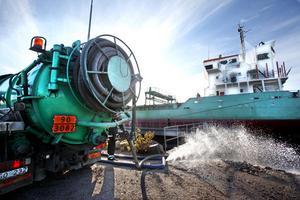 DYR OLJA. Gävle hamn vill ha 700 000 kronor i ersättning för kostnaderna i samband med oljeutsläppet i oktober.
