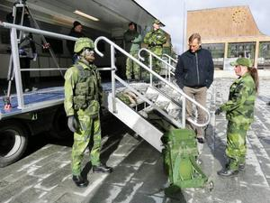 Försvaret visar mobilt rekryteringskontor. Tove Stillfjord visar utrustning som bärs av dagens soldat för Stefan Åkergren.