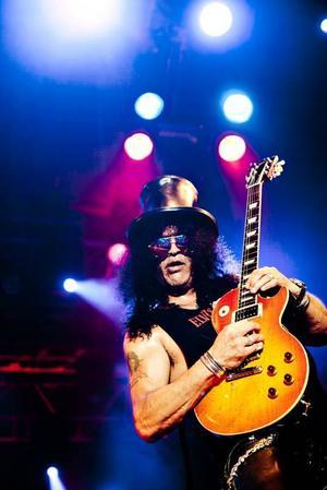 Slash på scenen i Gävle. Slash är alltid lika cool, men resten av bandet känns som halvtrött coverband.