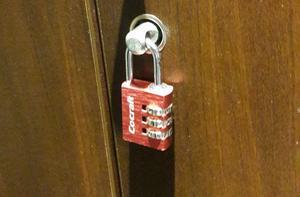 Det var det här låset som inte stoppade en tjuv att ta sig in i ett gymskåp för att stjäla en mobiltelefon och ett bankkort.