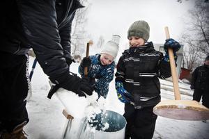 Klasskompisarna Hamsa Alrupa och Jacob Wessel står och bankar ihop snö. De berättar att det tillslut ska bli en bil.