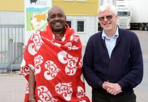 Två goda vänner, Rafael Reyet ole Moono  och Bertil Wennberg. Tillsammans planerar de för bygget av ett andra massajmejeri i Tanzania.