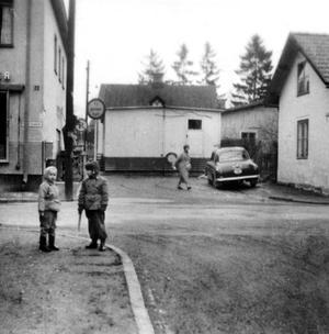 1950-talet. Till höger syns gaveln på stadsdelens första egnahem Kappen. Korsningen Föreningsgatan-Langenbergsgatan på Norrmalm.