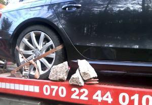 En av bilarna som hämtades av bärgare sedan de kört på stenar väster om Långå.