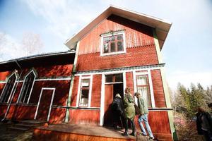 """Föreningshuset i Tavnäs är kulturhistoriskt minnesmärkt och ska i sommar användas när föreställningen """"Strindberg Strindberg"""" sätts upp. Det här är allra första gången ensemblen besöker det hus som de i stort sett kommer att bo i i sommar."""