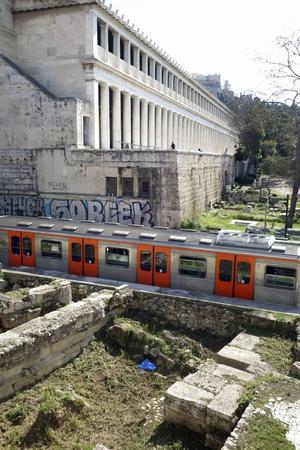 Nutida vy med antika inslag från Adrianougatan: en arkeologsk utgrävning, ett tunnelbanetåg och Attalos stoa.   Foto: Mikael Nilsson/TT