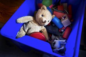 Att klistra fast lite skumgummi i botten på leksaksbacken är en enkel åtgärd som bidrar till att minska bullret på förskolorna.