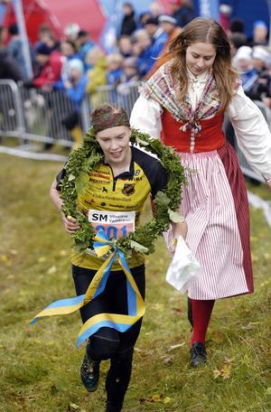 Tove Alexandersson segerdefilerar mot mål efter en överlägsen triumf i D20.