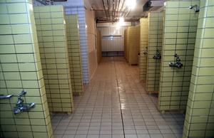 En förälder vill att kommunen bygger bort öppna duschrum.