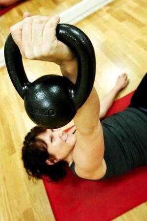 Många av övningarna med kettlebells görs i flera steg –  från liggande reser man sig upp med hanteln samtidigt som man pressar den upp. Sedan sänker man ner den i samma bana. Så upprepar man med andra armen.