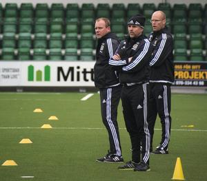 Tränarna Roger Franzén och Joel Cedergren med fystränaren Joakim Svedberg emellan sig, vill alla se trendbrott mot Kalmar FF.