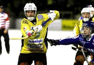 Robert Dammbro och hans Broberg tvingades till mycket spel ovanför isen i hemmapremiären mot Vänersborg. Underlaget var knottrigt och hoppigt värre då Broberg föll med 6–7.