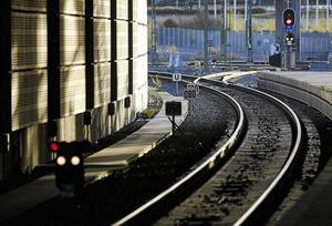 Bättre järnvägsunderhåll och fungerande regionala tågbanor är nödvändiga för att komplettera de ordinarie stambanorna, skriver skribenterna.