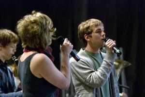 Lisa Eriksson och Johan Hillblom under repetitionen med en Balkaninspirerad schlagerlåt, skriven av Lisa tillsammans med Elsa Hort och Jonas Söderström.