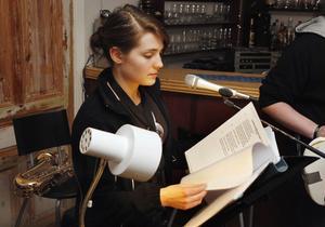 Yngst i bandet är 20-åriga Erika Karlsson som spelar saxofon och sjunger.