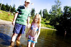 """stortrivdes i vattnet. Jessica Thunström, 6 år, är ingen badkruka som pappa Lars. Han är däremot glad över att Engesbergs vatten fick godkänt. """"Jag skulle absolut inte låta dem bada om                    det vara dåligt"""", säger han."""