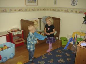 Före renoveringen. Storebror Jonathan leker med kompisen Wilma Berglund i babyrummet som sedan blev Nathalies.