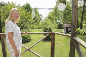 Gunilla Levin på balkongen hemma i Mariehill. I bakgrunden Söderhamnsfjärdens inlopp från Bottenhavet.