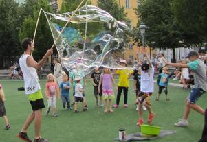 En man fixade jättesåpbubblor i Kungsträdgården till glädje för alla barn.