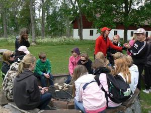 Pinnbrödsgrillning hör till på lägerskola.