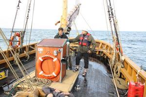 GRANSKNING. Forskarteamet från Svenska Miljöinstitutet har under två års tid tittat närmare på hur man kan sänka näringsnivån i vattnet på billigaste sätt. På bild Magnus Karlsson och kollegan Jakob Malm.
