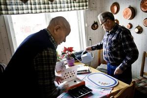 Välkommet besök. Henry tycker om att hjälpa och uppmuntra andra. Morbror Gunnar Johansson får besök och lite praktisk hjälp ett par gånger i veckan.