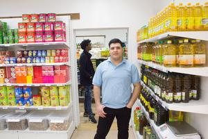 Amer Bakdounes har gjort om gamla kontorslokaler till mataffär.