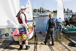 Emma Bouvin är en rutinerad seglare trots sina blott 15 år och under jollelägret i helgen hjälper hon till en hel del. Här är det Vilmer Tjärnström, 8, som får assistans.