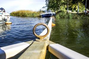 Båtligan kapar loss båtarna från y-bommarna och backar upp dem på land. Där går det loss på aktern.