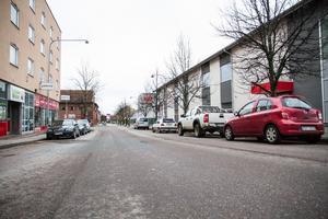 Kungsgatan har i nuläget parkeringsfickor på vardera sida av vägen. I framtiden kan det komma att se annorlunda ut då teknisk service säger att det pågår ett arbete för att se över vägens utformning.