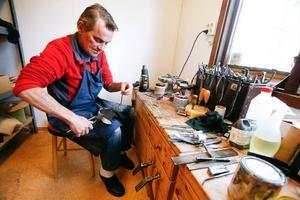 Efter sin sjukdom jobbar Janne Melkersson halvtid och gör runt 15–20 par skor per år.