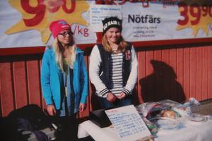 FOTO: ELSIE BOSTRÖMSå här såg det ut, när Agnes och Kristin stod utanför Alftahallen och sålde.