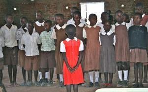 Sånguppträdande på barnhemmet/skolan Korando i Kisumu inför gymnasieelever från Rättvik.Foto: Christopher Börjes