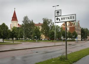 HITTADES PÅ BRYNÄS. Tidigt på lördagsmorgonen hittade ett tidningsbud  två små barn som gick ensamma på en gata på Brynäs. Han tog hand om dem och kallade på polisen, som senare hittade mamman, kraftigt berusad, i en lägenhet. Barnen togs om hand av socialtjänstens jour.