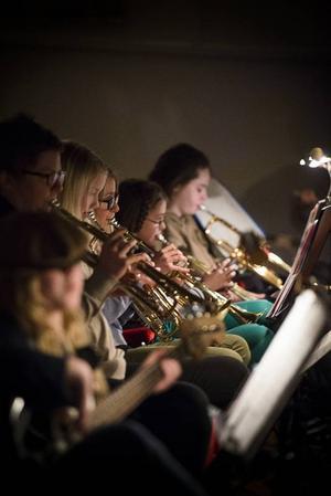 Det är många elever som spelar trumpet.