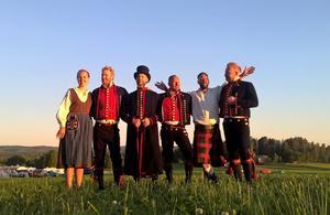 Kilt och dräkter. Här är Jennie Kjensmo, Mikael Svensson, Hans Persson, Jonas Andersson, Mikael Öst och Per Brodén.