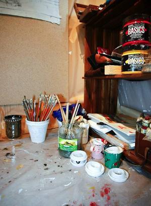 Penslar i olika storlekar behövs när man målar. Likaså små plastkoppar att blanda färgen i.