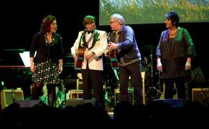Cia Olsson, Jens Kristensen, Östen Eriksson och Ingela Söderlund var några av det 40-talet artister som spelade och sjöng på scenen.
