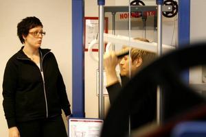 FLEXIBLA ÖPPETIDER. Maja Åkerling kommer att lära nya medlemmar hur de ska jobba med gymmets olika träningsmaskiner. Men med kort och kod kommer invanda gymanvändare kunna nyttja träningslokalerna även när det inte finns någon personal på plats.
