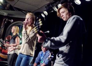 Madelené Gustavsson, Caroline Lindberg, Johan Jonsson och Fredrik Sjöström rev loss flera låtar på scenen