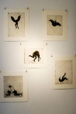 Britt Hillboms bilder präglas av ett naivistiskt uttryck uttryck och minimalism.