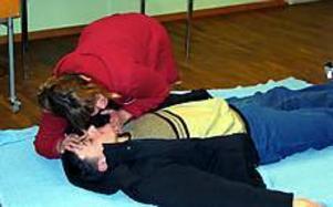 Åsa Bohlin visar hur man kan kontrollera om en skadad andas eller om det behövs hjärt-lung räddning. Foto: Ulf Granström