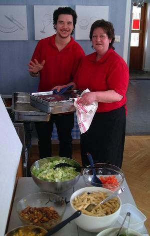 Lottie Björklund i sin nya restaurang i Hammarstrand, på bilden tillsammans med sonen Kim Kava.