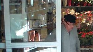 Vincent Carlsson valde ut sina offer i matvarubutiker, följde efter dem hem och lurade sedan av dem kort och kod. Bild ur polisens förundersökning.