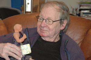 Tapio Airaxinen trivdes mycket bra med sitt arbete på Radio Dalarna. Och mycket tyder på att de finskspråkiga lyssnarna trivdes lika bra med Tapio. Ett litet bevis för detta håller han i handen – en liten keramik-Tapio med både mikrofon och boxhandskar, som han fått av ett tacksamt intervjuobjekt.