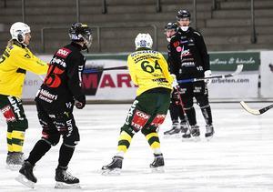 Robin Andersson, Tillberga (till höger i bakgrunden).