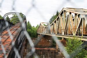 Den gamla bron, till vänster, byggdes 1879 och den nyare bron byggdes 1915.