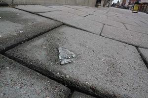 Flera bitar från de krossade rutorna låg kvar på marken.