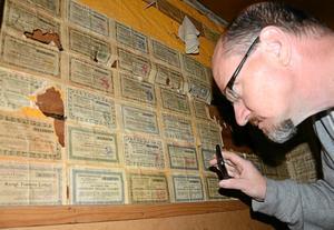 Mänskliga spår. På väggen inne i det som en gång var avträdet har någon satt upp lotter från olika lotterier daterade från 1920- och 30-talet.