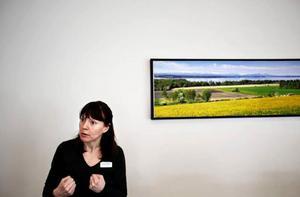 Jenny Bergvall jobbar som dietist på Itrim. På bilden visar hon ett alternativ till tallriksmodellen - handmodellen. Knytnävarna representerar mängden frukt och grönt per måltid.